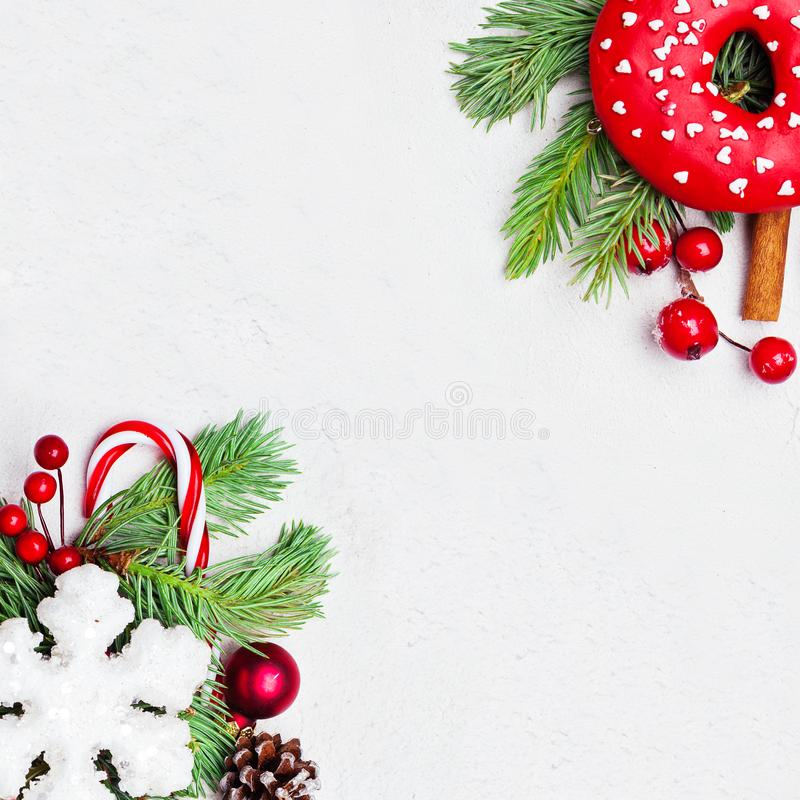 Weihnachtszusammensetzung mit Stechpalmenbeeren, Schneeflocke und grünem Tannenzweig auf weißem Hintergrund Weihnachtsebene geleg stockfoto
