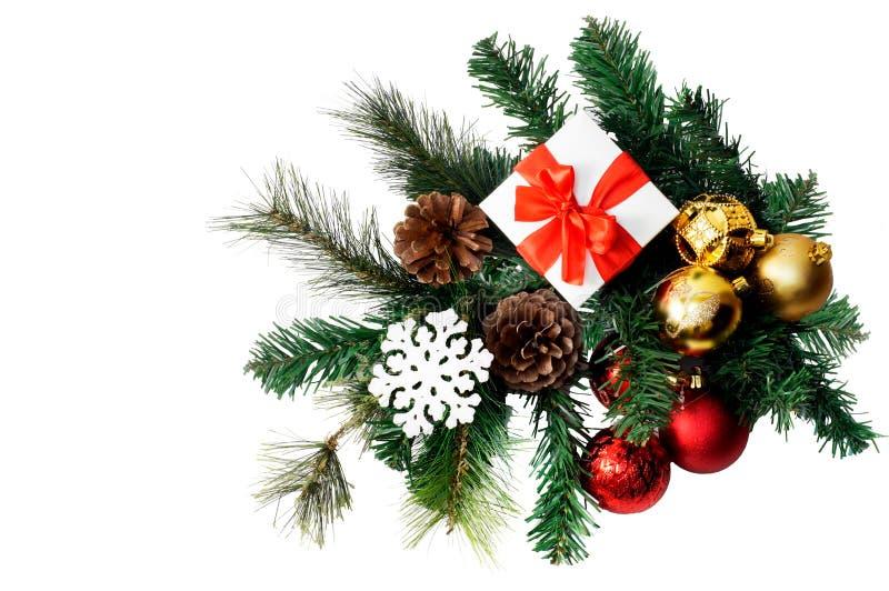 Weihnachtszusammensetzung mit Tannenbaum, Geschenk, Kegeln, Bällen und Schneeflocken stockfoto