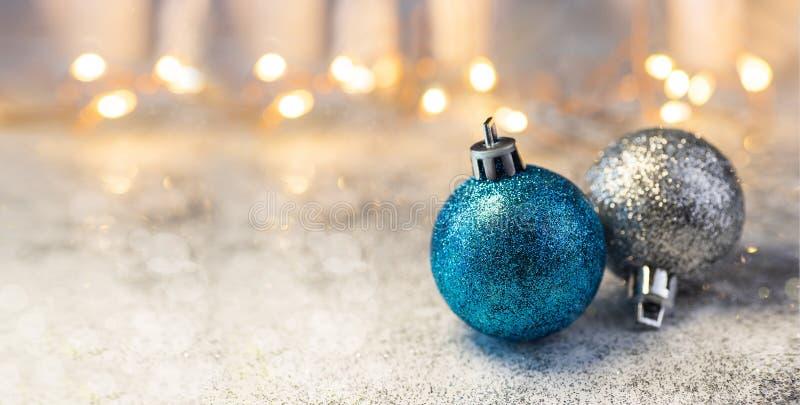 Weihnachtszusammensetzungsdekorationen und -girlanden auf einem glänzenden Hintergrund stockfoto