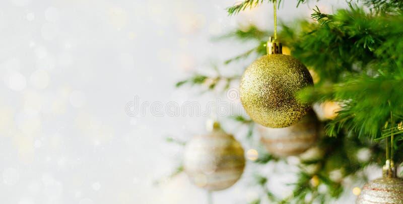 Weihnachtszusammensetzungsdekorationen und Girlanden Tannen-Baumaste stockfotos
