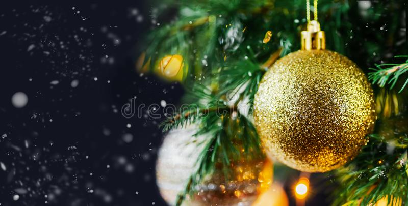 Weihnachtszusammensetzungsdekorationen und Girlanden Tannen-Baumaste stockbild
