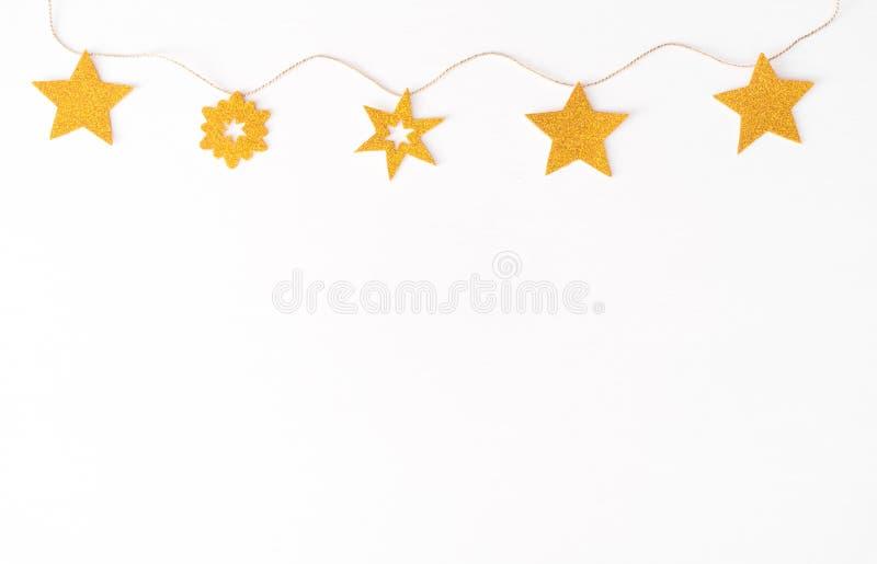 Weihnachtszusammensetzungshintergrund tapezieren Sie, Weihnachtsdekoration, auf weißem Hintergrund Flache Lage, Draufsicht lizenzfreie stockfotografie