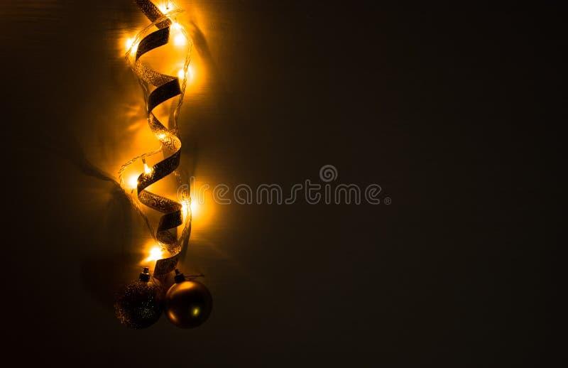 Weihnachtszusammensetzungshintergrund tapezieren Sie, Weihnachtsdekorationsbälle, auf schwarzem Hintergrund Flache Lage, Draufsic stockbild