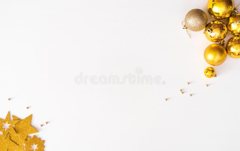 Weihnachtszusammensetzungshintergrund tapezieren Sie, Weihnachtsdekorationsbälle, auf weißem Hintergrund Flache Lage, Draufsicht lizenzfreie stockbilder