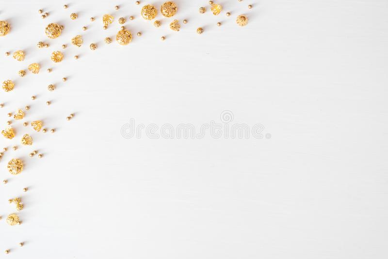 Weihnachtszusammensetzungshintergrund tapezieren Sie, Weihnachtsdekorationsbälle, auf weißem Hintergrund Flache Lage, Draufsicht stockfoto