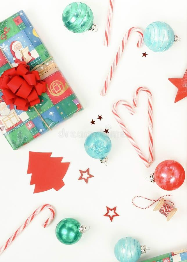 Weihnachtszusammensetzungshintergrund von den Dekorationen auf weißem Hintergrund lizenzfreies stockfoto