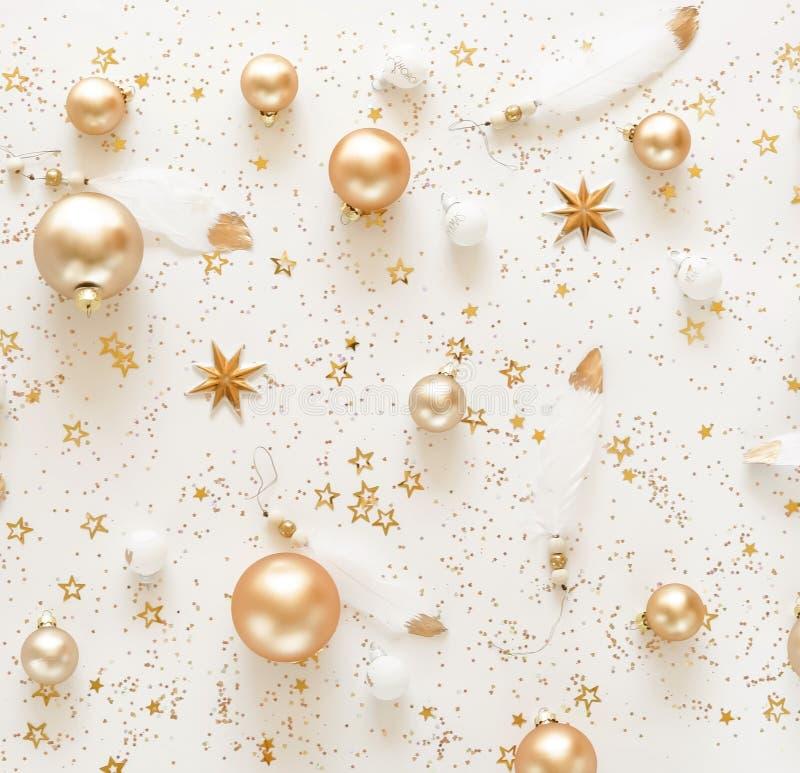 Weihnachtszusammensetzungshintergrund von den Dekorationen der Goldweißen weihnacht stockfotografie