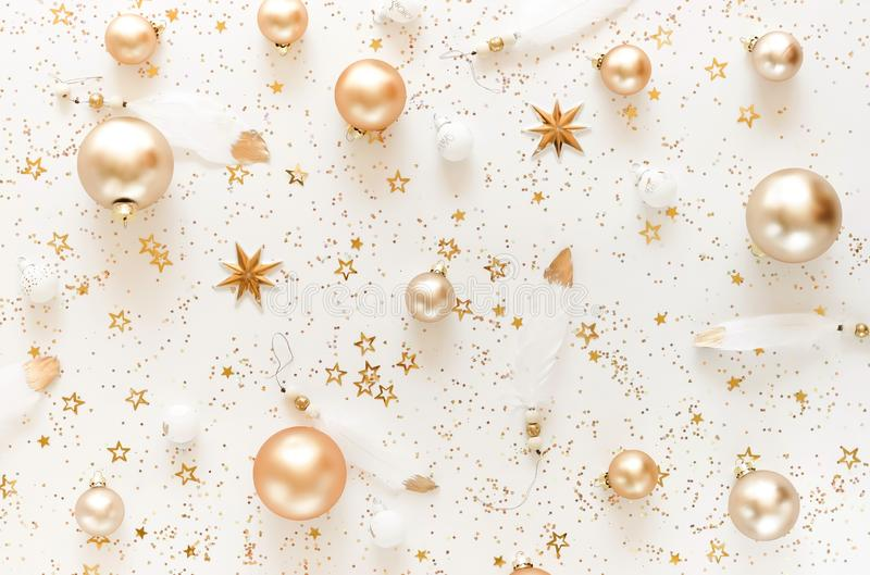 Weihnachtszusammensetzungshintergrund von den Dekorationen der Goldweißen weihnacht lizenzfreie stockfotos