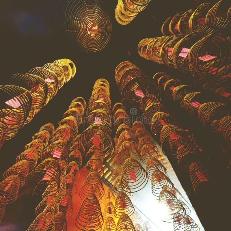 Weihrauch-Spulen, die chinesisches Tempel-Geistigkeits-Konzept brennen lizenzfreies stockfoto