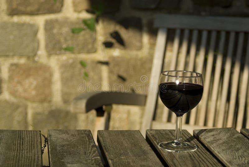 Wein auf Gartentabelle stockfotos