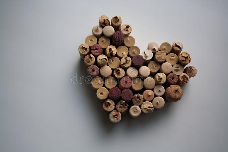 Wein bekorkt Herz geformten Valentinsgruß stockfotografie