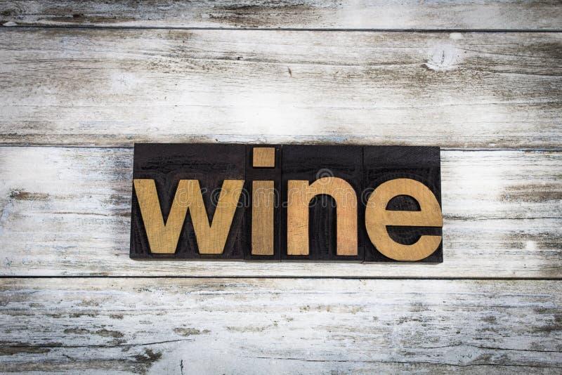 Wein-Briefbeschwerer-Wort auf hölzernem Hintergrund stockbilder