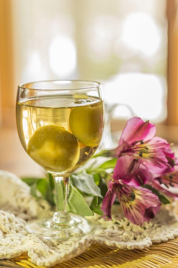 Wein der japanischen Pflaume lizenzfreie stockbilder