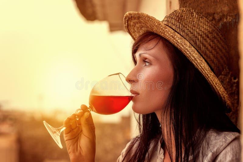 Wein, der Mädchen genießt lizenzfreie stockfotos