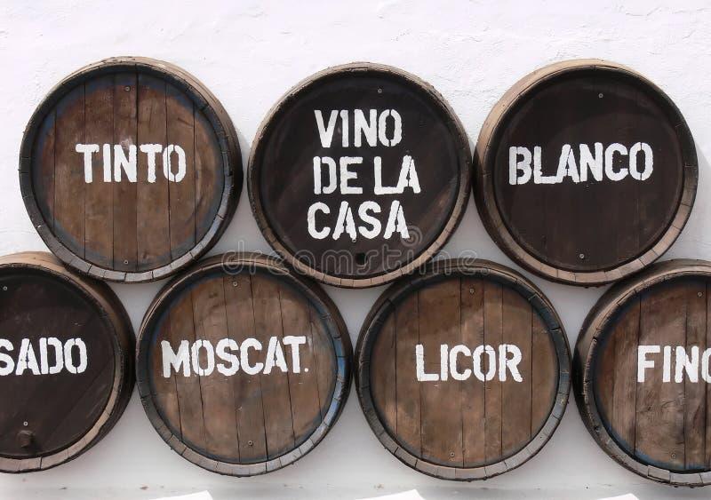Wein-Fässer auf Wand stockfoto