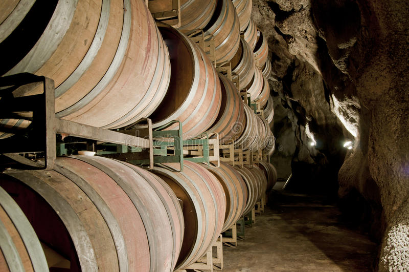 Wein-Fässer Untertage stockfotos