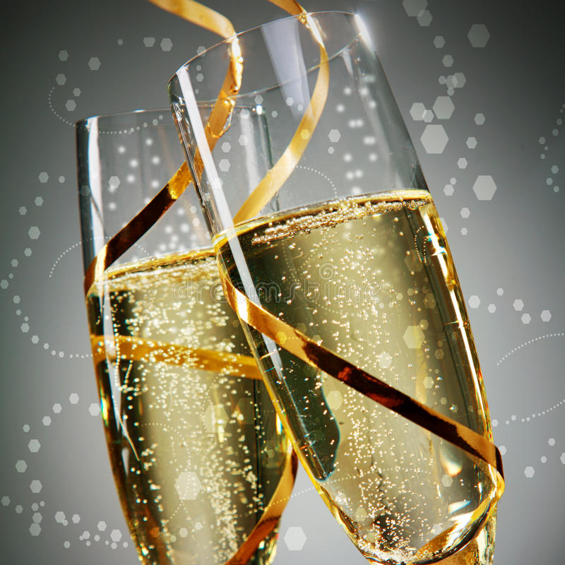 Wein-Gläser mit Goldspitzeen auf Gray Background stockfotografie