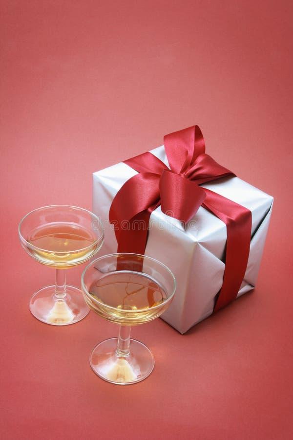 Wein-Gläser und Geschenk-Paket stockfoto