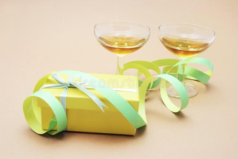 Wein-Gläser und Geschenk-Paket stockbild