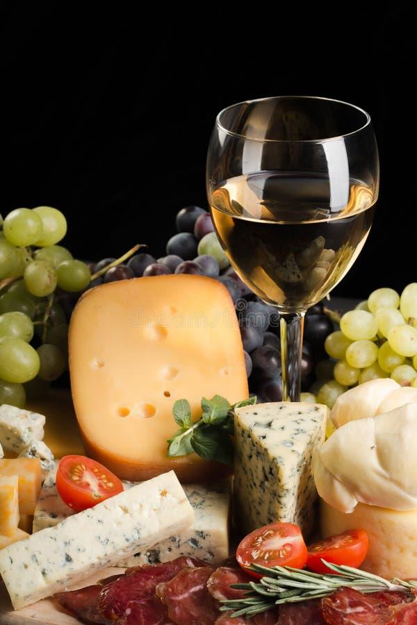 Wein-Glas, Käse-Servierplatte, Fleisch, Cherry Tomatoes stockfotos
