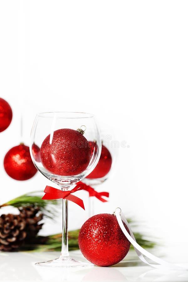 Wein-Glas mit Weihnachtsverzierung lizenzfreie stockbilder