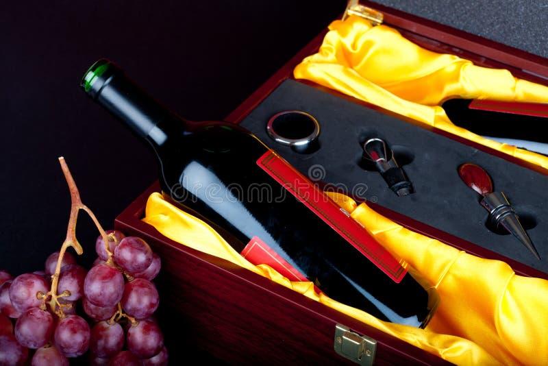 Wein im Geschenkkasten stockfotografie