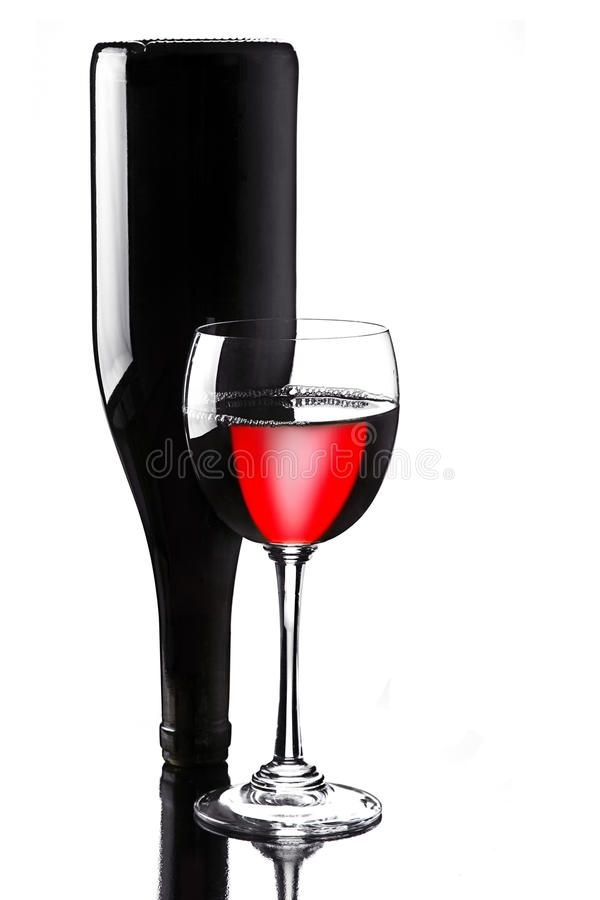Wein im Glas mit Flasche stockfoto
