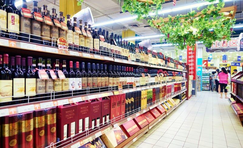 Wein im Supermarkt lizenzfreie stockfotos