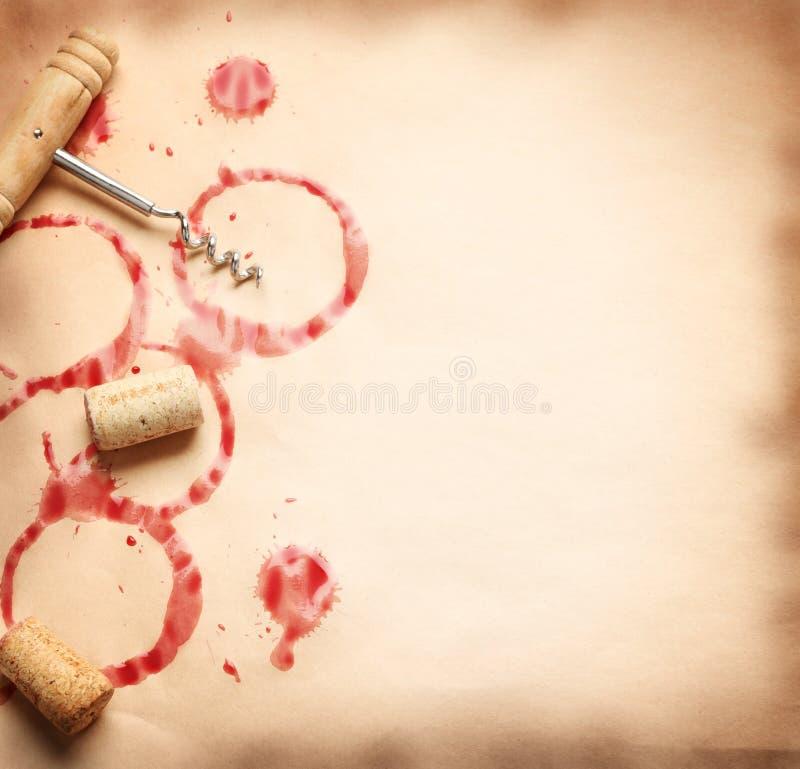 Wein kreist von der Flasche auf altem Papier ein lizenzfreie stockbilder