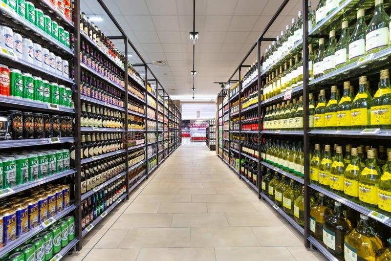 Wein- und Biergeschäft mit einer breiten Anzeige von Flaschen Weinabteilungsprodukten lizenzfreie stockfotos