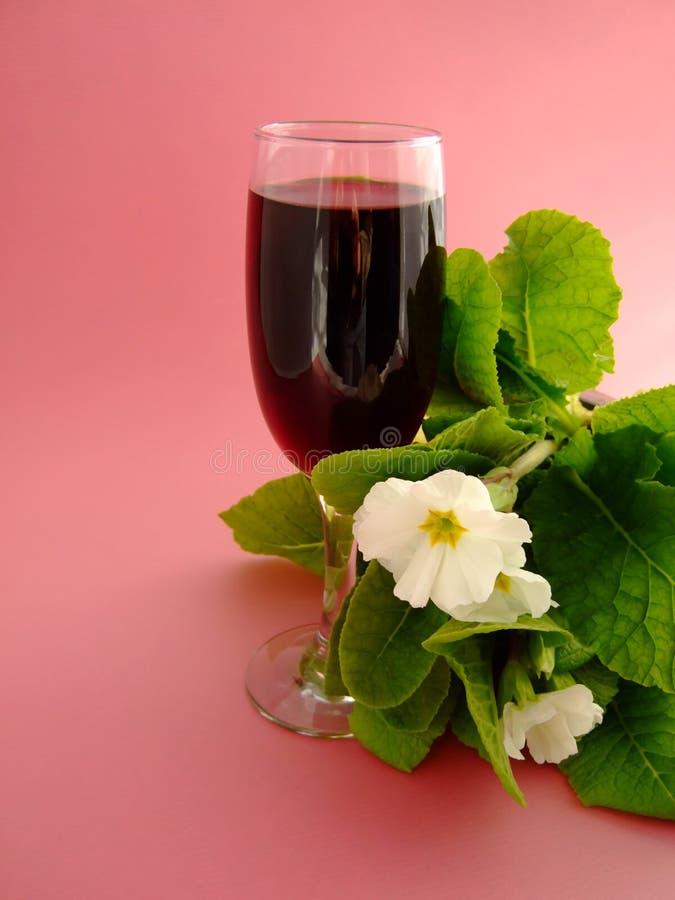Wein und Blumen stockfotografie