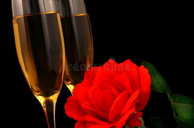 Wein und Blumen lizenzfreie stockfotografie