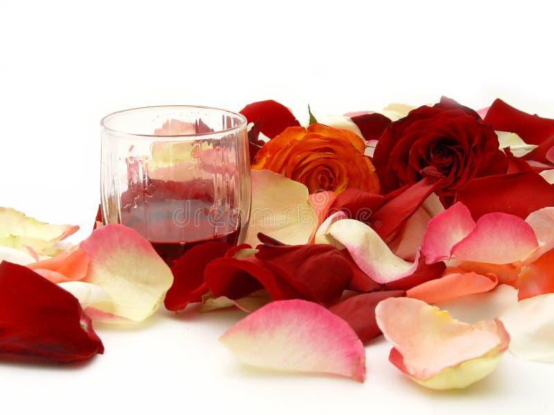 Wein und Blumenblatt der Rosen lizenzfreie stockfotografie