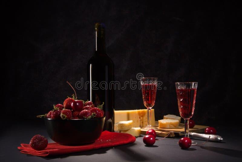Wein und Erdbeeren stockbilder