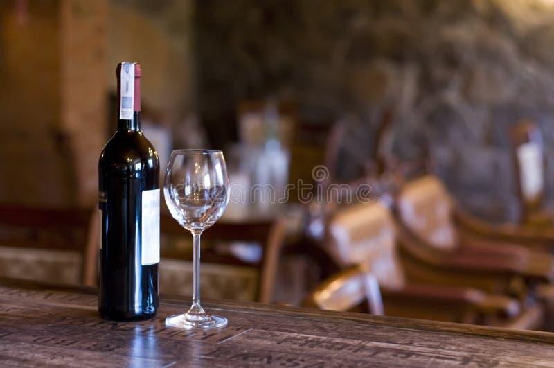Wein und Glas auf dem Stab stockbilder
