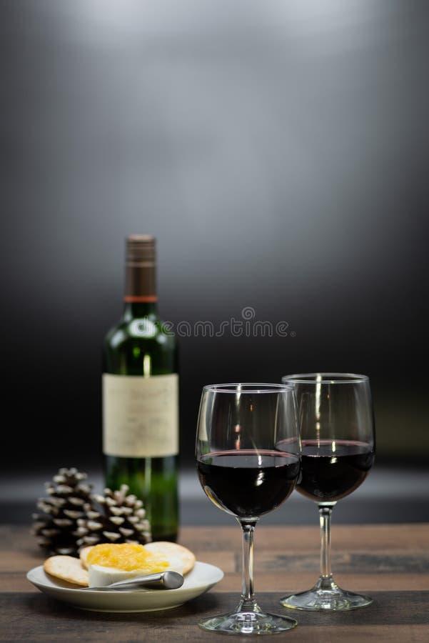 Wein und Käse auf hölzerner Tabelle lizenzfreie stockbilder