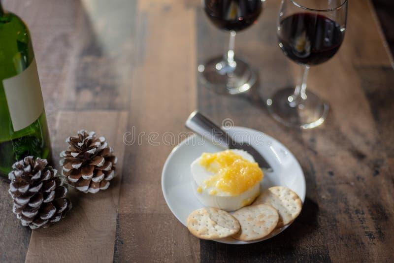 Wein und Käse auf hölzerner Tabelle lizenzfreie stockfotografie
