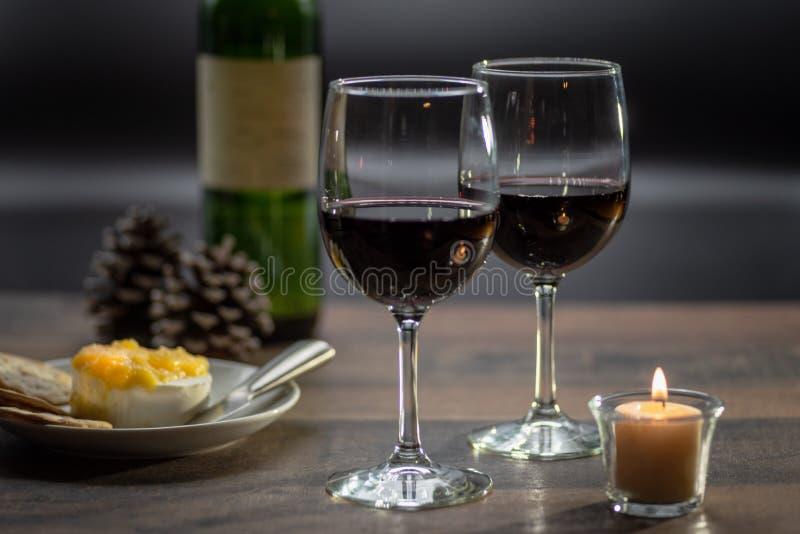 Wein und Käse durch Kerzenlicht lizenzfreie stockfotos