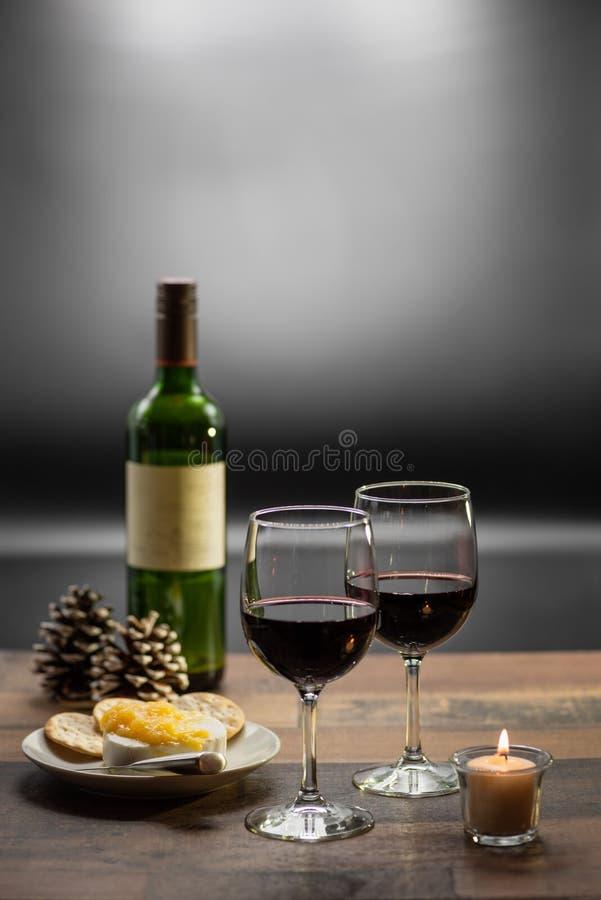 Wein und Käse durch Kerzenlicht lizenzfreie stockbilder