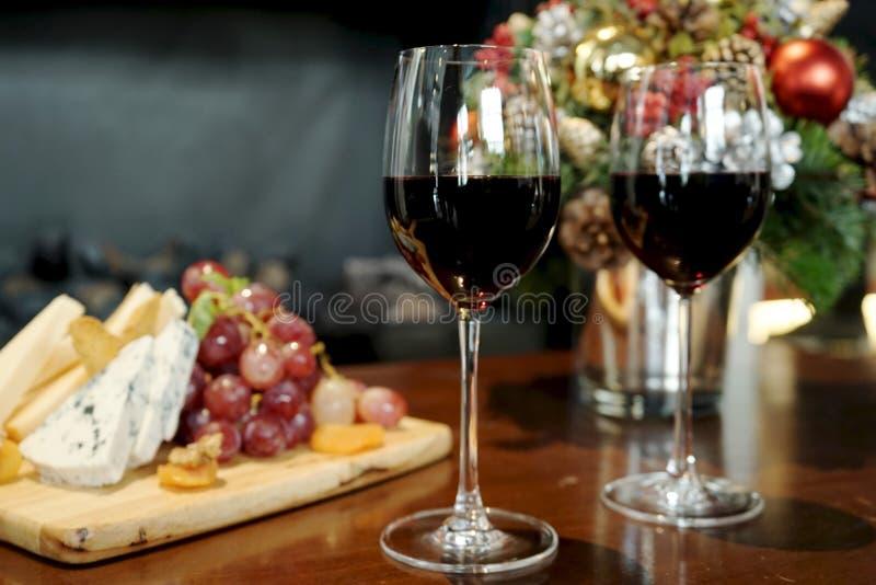Wein und Käse im Weihnachten stockbild