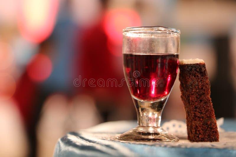 Wein und Kuchen stockbilder