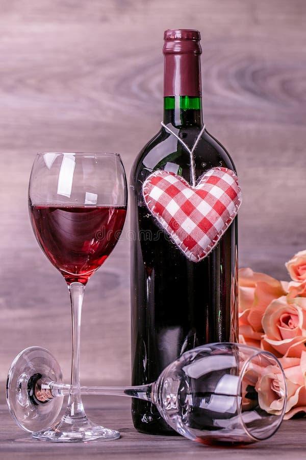 Wein und Rosen lizenzfreie stockbilder