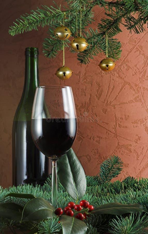 Wein und Sprig der Stechpalme lizenzfreie stockfotos