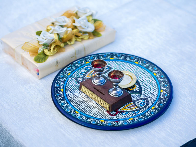 Wein und Wirt u. x28; Sakramentales Bread& x29; auf keramischer Platte neben Bibel stockfotografie