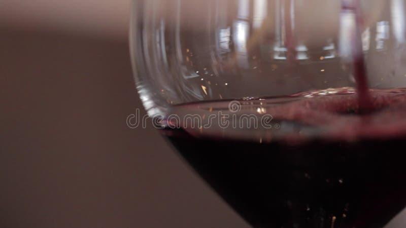 Wein wird in ein Glas gegossen stock video