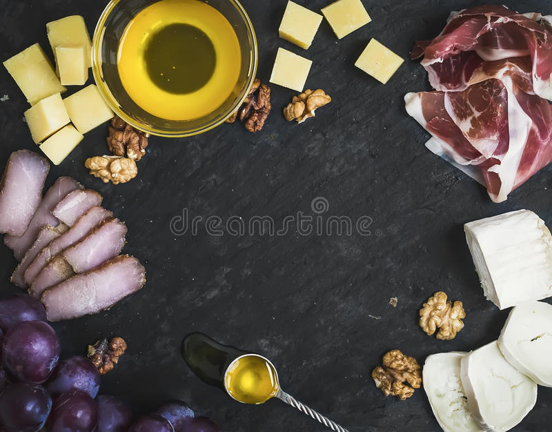 Weinaperitif eingestellt: Käse- und Fleischauswahl mit Trauben, Honig lizenzfreies stockfoto