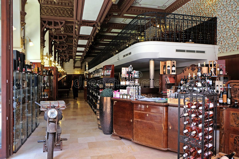Weinbar und Themenkaufhaus in Pecs Ungarn lizenzfreies stockbild