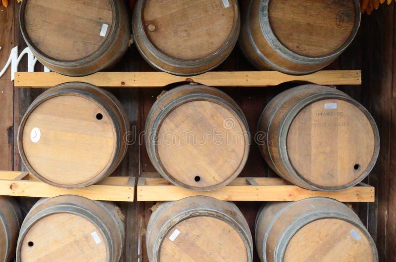 Weinbehälter auf hölzernem Hintergrund lizenzfreies stockbild