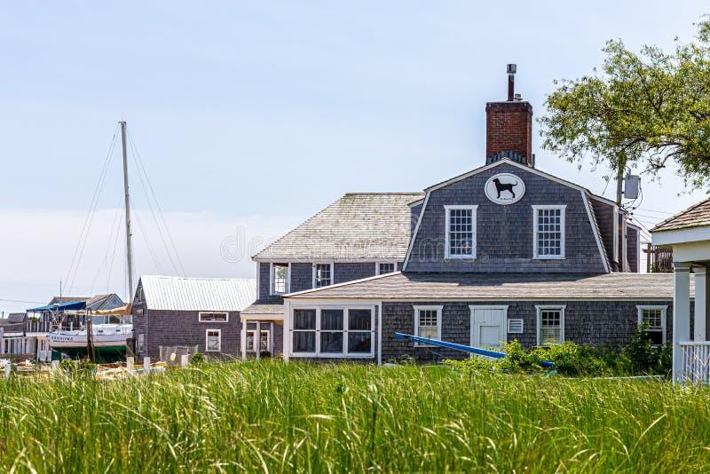 Weinberg-Hafen, Martha's Vineyard, MA, USA - Juni 2019: Ikonenhaftes schwarzer Hunderestaurant und -taverne stockfoto