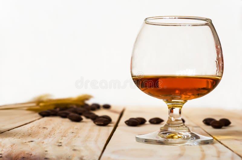 Weinbrand auf hölzernem Hintergrund lizenzfreie stockbilder